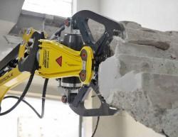 Demolizione di una scala con pinza Darda per calcestruzzo