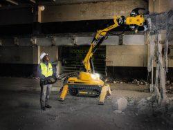 Brokk 100 con pinza frantumatrice Darda CC340 nella demolizione di pavimentazioni.